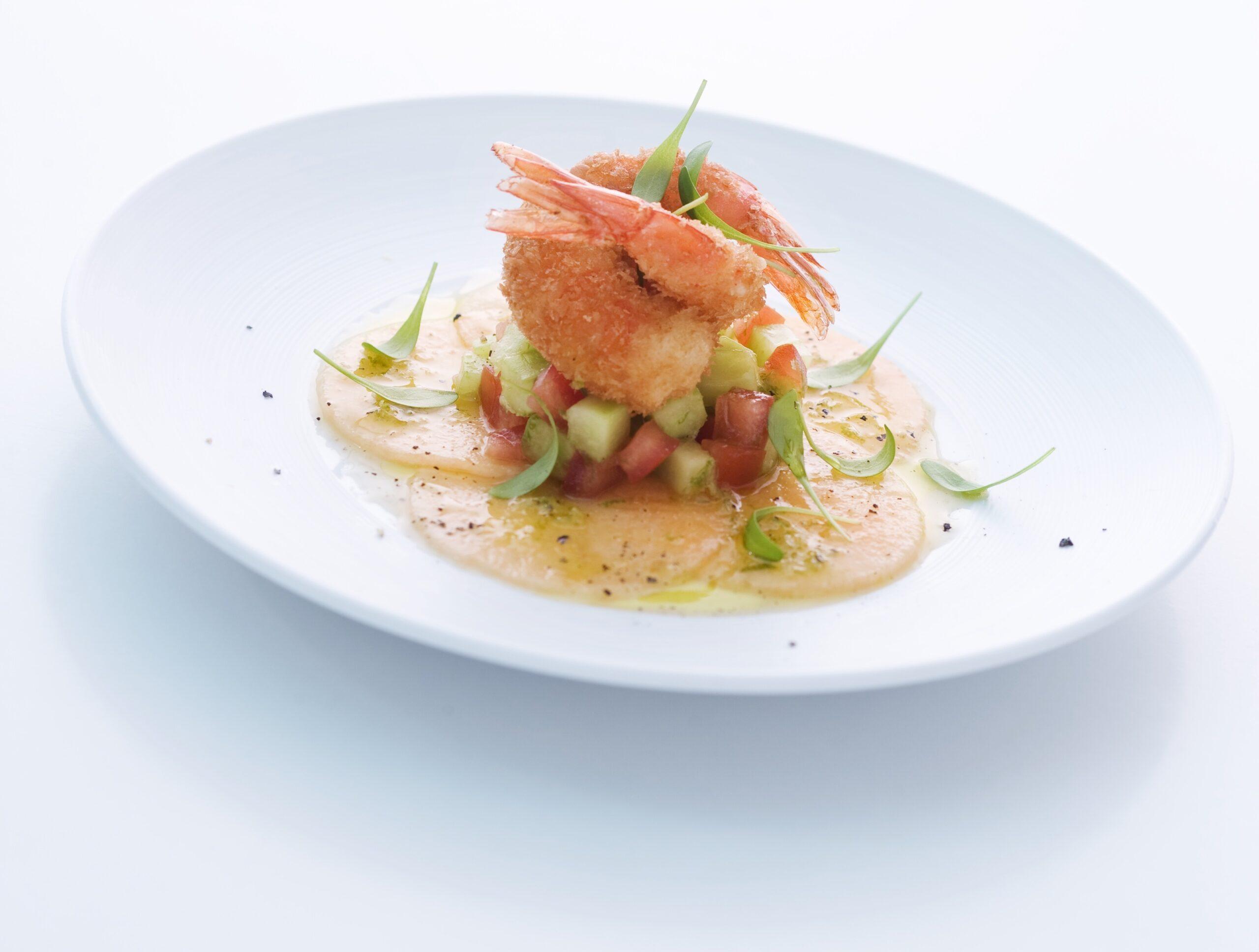 Gebackene Riesengarnelen mit Gurken-Tomaten-Salat und Melonen-Carpaccio